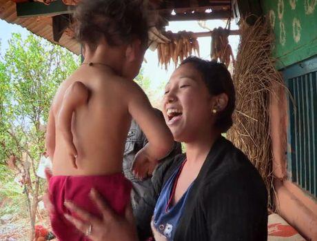 Be trai Nepal 'moc' them tay o... lung - Anh 2