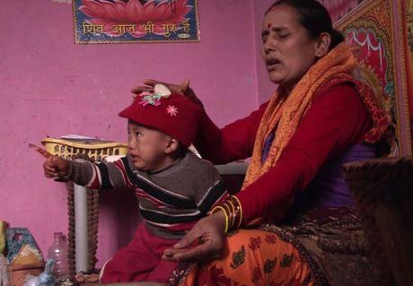 Be trai Nepal 'moc' them tay o... lung - Anh 6
