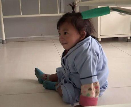 Be trai Nepal 'moc' them tay o... lung - Anh 8