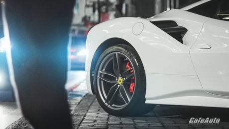Ngam Ferrari 488 GTB trang lan banh tren duong pho Ha Noi - Anh 9
