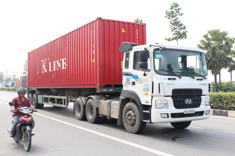 Nguoi phu nu tu vong duoi banh xe container - Anh 2