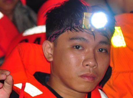Trang dem tim kiem be trai bi nuoc cuon xuong cong - Anh 6