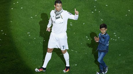 Con trai Ronaldo ghi ban trong ngay ra mat - Anh 1