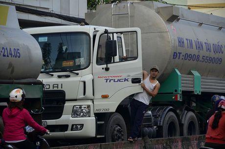 TPHCM: Trieu cuong gay ket xe kinh hoang sang dau tuan - Anh 16