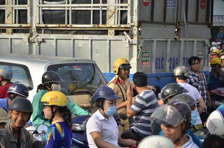 TPHCM: Trieu cuong gay ket xe kinh hoang sang dau tuan - Anh 17