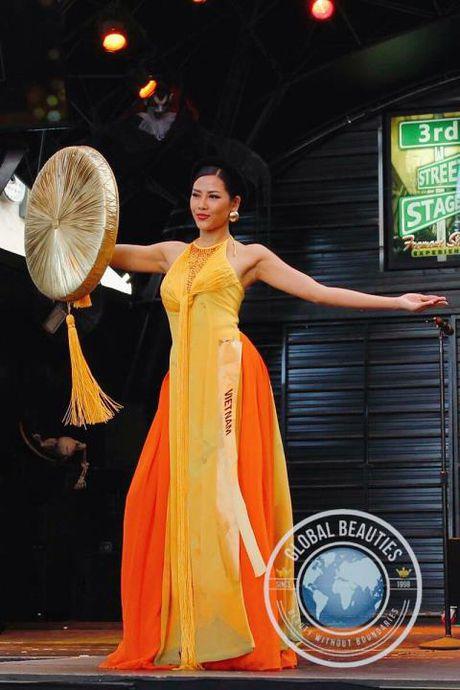 A hau Nguyen Thi Loan dieu luyen trong phan thi trang phuc dan toc - Anh 3
