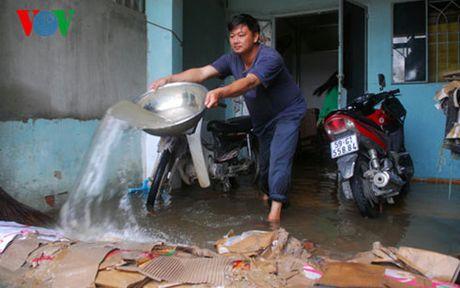 TP HCM: Nguoi dan trang dem bom nuoc tran vao nha do trieu cuong - Anh 1