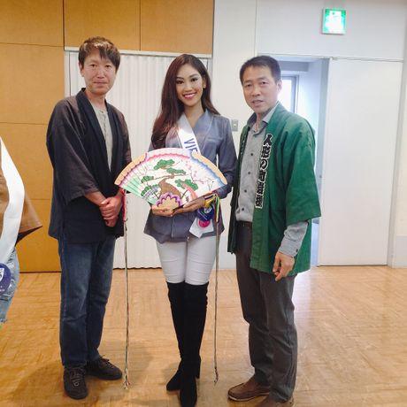 A khoi Phuong Linh mang mon qua dac biet den Miss International 2016 - Anh 10