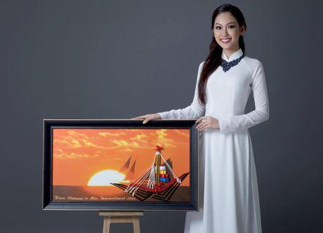 A khoi Phuong Linh mang mon qua dac biet den Miss International 2016 - Anh 1