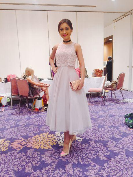 A khoi Phuong Linh mang mon qua dac biet den Miss International 2016 - Anh 2