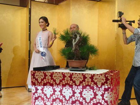 A khoi Phuong Linh mang mon qua dac biet den Miss International 2016 - Anh 4