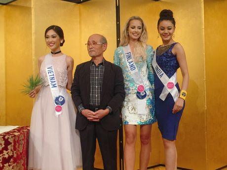 A khoi Phuong Linh mang mon qua dac biet den Miss International 2016 - Anh 6