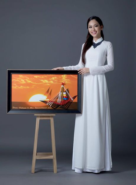 A khoi Phuong Linh mang mon qua dac biet den Miss International 2016 - Anh 8