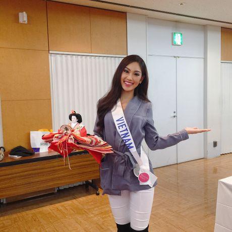 A khoi Phuong Linh mang mon qua dac biet den Miss International 2016 - Anh 9