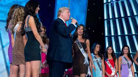 Donald Trump vo tu ra vao phong thay do Hoa hau - Anh 3