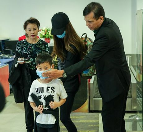 Ha Ho dua con trai ve que Quang Binh cuu tro dan vung lu - Anh 1