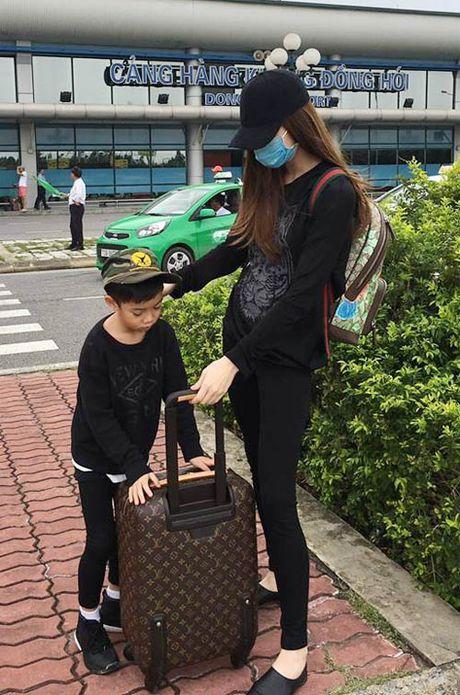 Ha Ho dua con trai ve que Quang Binh cuu tro dan vung lu - Anh 3