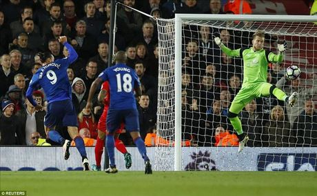 Ibrahimovic va Pogba bi chi trich du doi sau tran hoa Liverpool - Anh 1