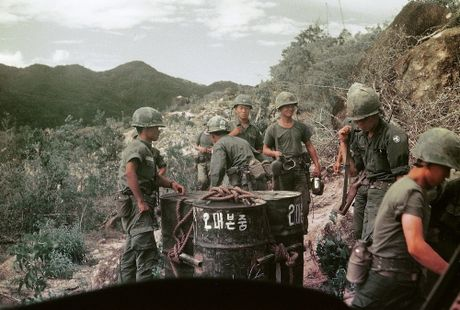Chien tranh Viet Nam trong loat anh cua Phillip Kemp (1) - Anh 17