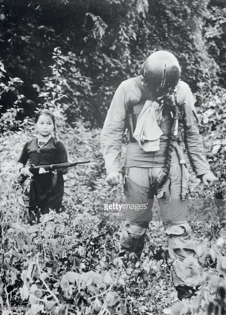 Phu nu Viet thoi chien qua anh phong vien quoc te (1) - Anh 11