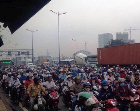Mot xe an va, hang ngan nguoi chiu tran tren xa lo Ha Noi - Anh 1