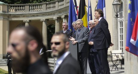 Noi bo EU 'luc duc' vi chuyen trung phat Nga - Anh 1