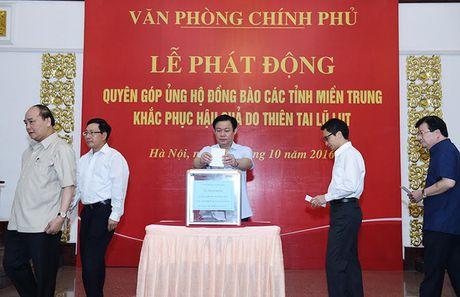 Thu tuong, cac Pho Thu tuong quyen gop ung ho dong bao mien Trung - Anh 2