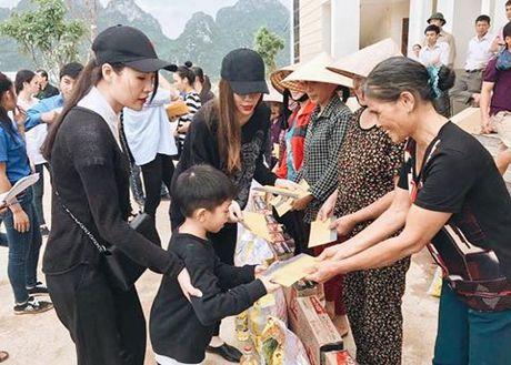Ho Ngoc Ha, hoa hau Ngoc Han loi nuoc trao qua cho nguoi dan mien Trung - Anh 1