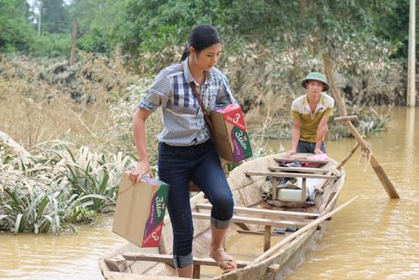 Ho Ngoc Ha, hoa hau Ngoc Han loi nuoc trao qua cho nguoi dan mien Trung - Anh 5