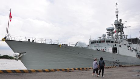 Can canh chien ham Canada HMCS Vancouver tai Cang Sai Gon - Anh 1