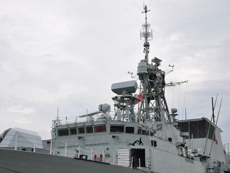 Can canh chien ham Canada HMCS Vancouver tai Cang Sai Gon - Anh 2