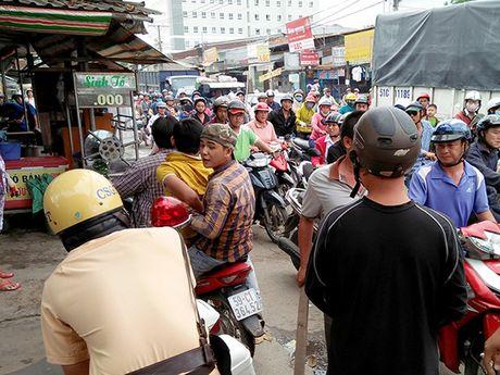 Len vao nha dan trom xe may van khong thoat - Anh 1