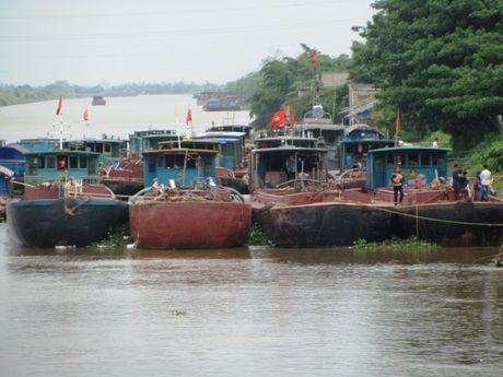 Ninh Binh: Keu goi tau thuyen vao noi tru an an toan - Anh 1