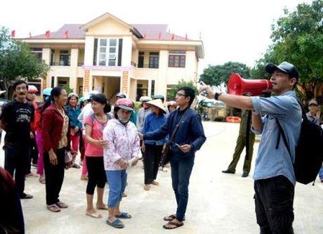 Phan Anh da phat nhung phan qua dau tien toi nguoi dan Quang Binh - Anh 1