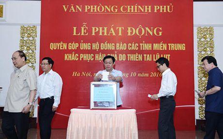 Cac thanh vien Chinh phu quyen gop ung ho dong bao mien Trung - Anh 2