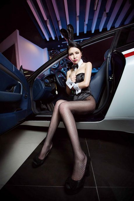 Man nhan truoc than hinh sexy cua my nu ben Maserati - Anh 10