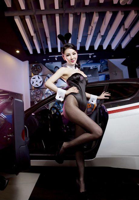 Man nhan truoc than hinh sexy cua my nu ben Maserati - Anh 4