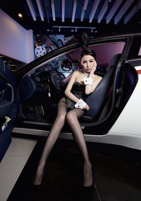 Man nhan truoc than hinh sexy cua my nu ben Maserati - Anh 6