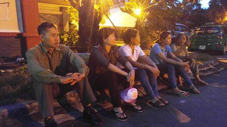 Gia dinh phi cong tren may bay gap nan cho nhin mat lan cuoi - Anh 1