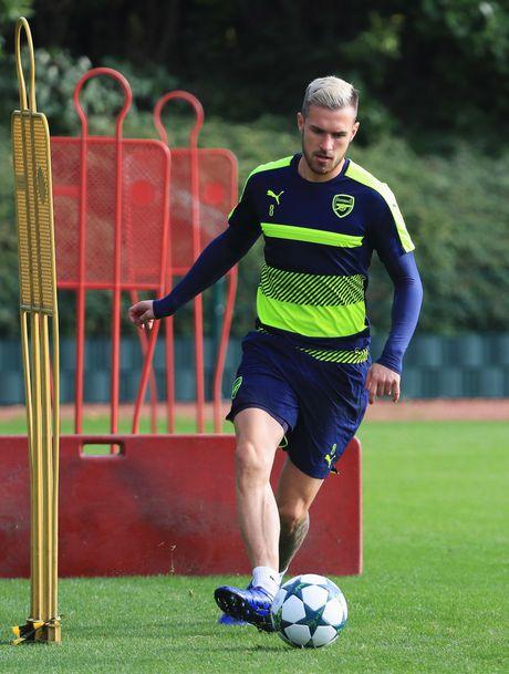 Khong the thi dau, Ramsey va Giroud van no luc tren san tap cung Arsenal - Anh 4