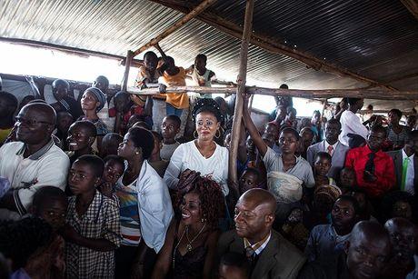 Can canh dam cuoi tap the cua nguoi ti nan Cong-go o Burundi - Anh 6