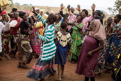 Can canh dam cuoi tap the cua nguoi ti nan Cong-go o Burundi - Anh 9