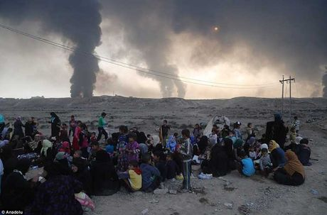 Chum anh IS dot cac gieng dau o Mosul de tu thu - Anh 11