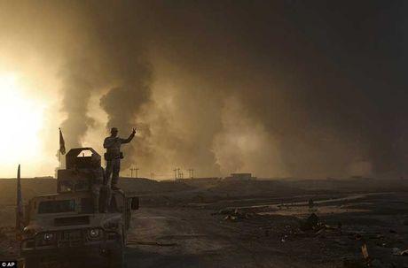 Chum anh IS dot cac gieng dau o Mosul de tu thu - Anh 3