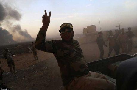 Chum anh IS dot cac gieng dau o Mosul de tu thu - Anh 4