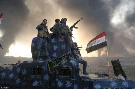 Chum anh IS dot cac gieng dau o Mosul de tu thu - Anh 5