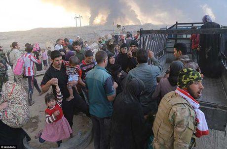 Chum anh IS dot cac gieng dau o Mosul de tu thu - Anh 8