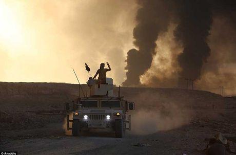 Chum anh IS dot cac gieng dau o Mosul de tu thu - Anh 9