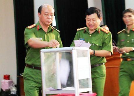 Cong an cac don vi, dia phuong quyen gop, ung ho dong bao mien Trung - Anh 1