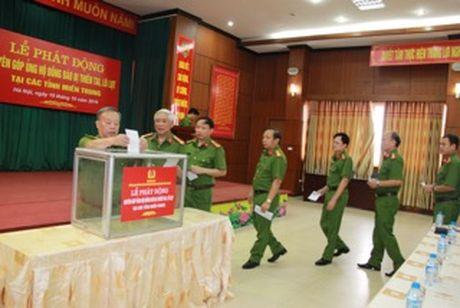 Cong an cac don vi, dia phuong quyen gop, ung ho dong bao mien Trung - Anh 3